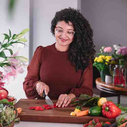 Desiliciousrd Shahzadi Devje chopping vegetables in her kitchen